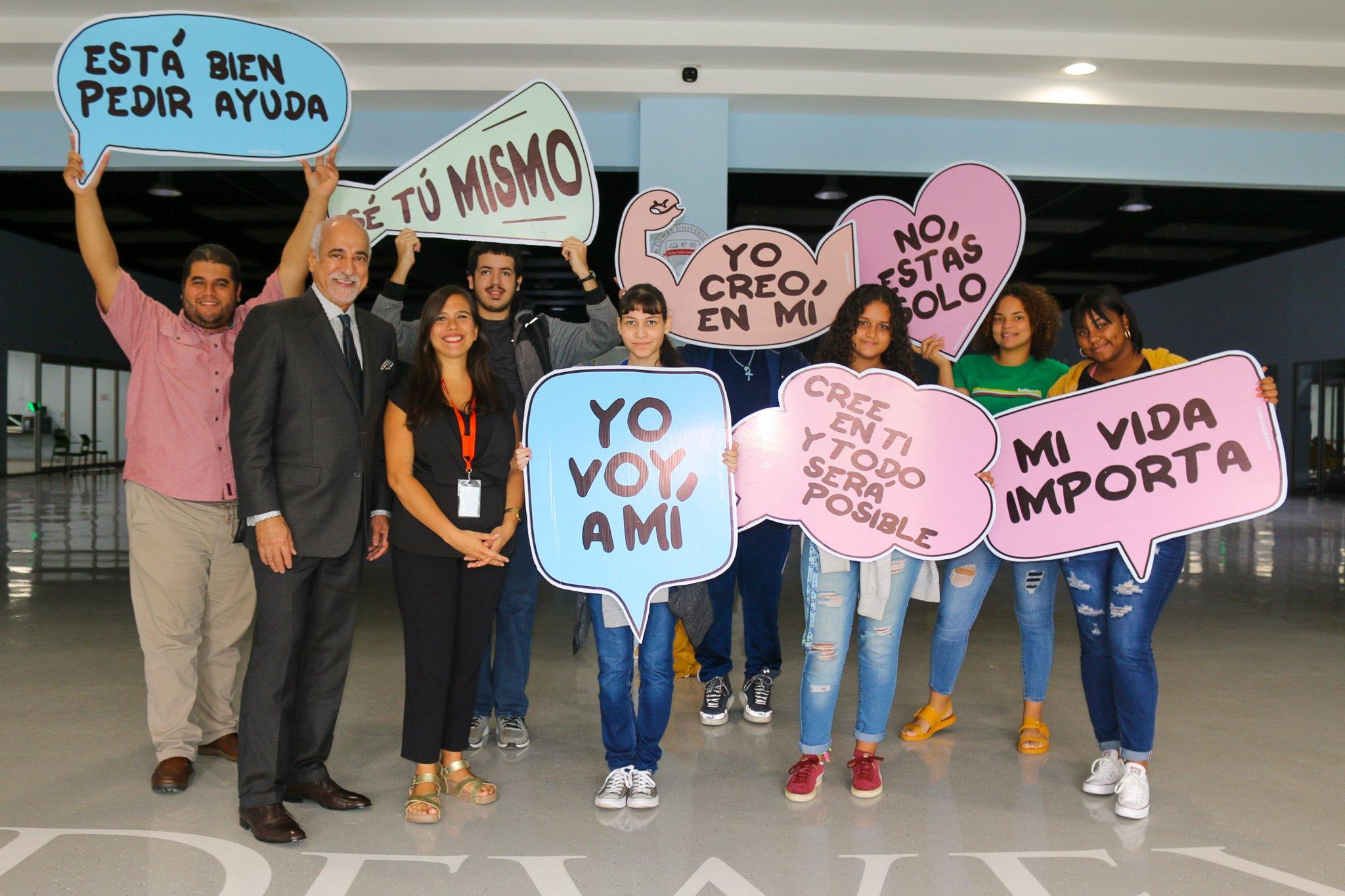 Dr. Carlos Quiñones Alfonso y la Dra. María Isabel Coss Guzmán junto a estudiantes universitarios